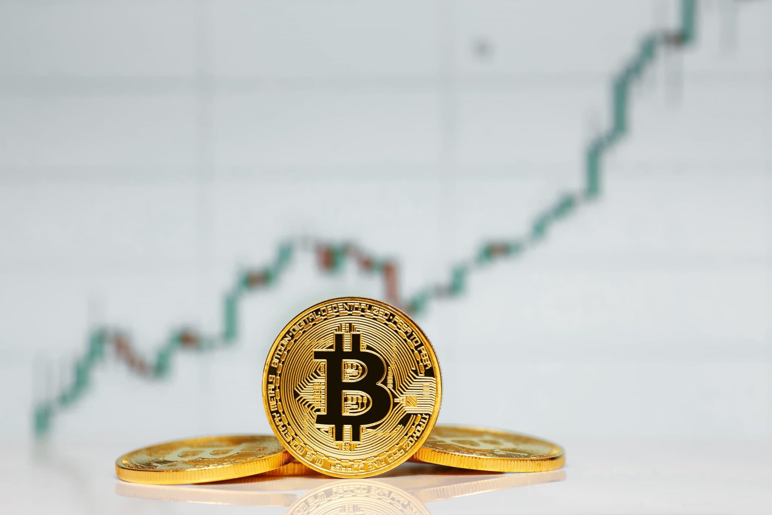 Bitcoins vor de Hintergrund einer Grafik