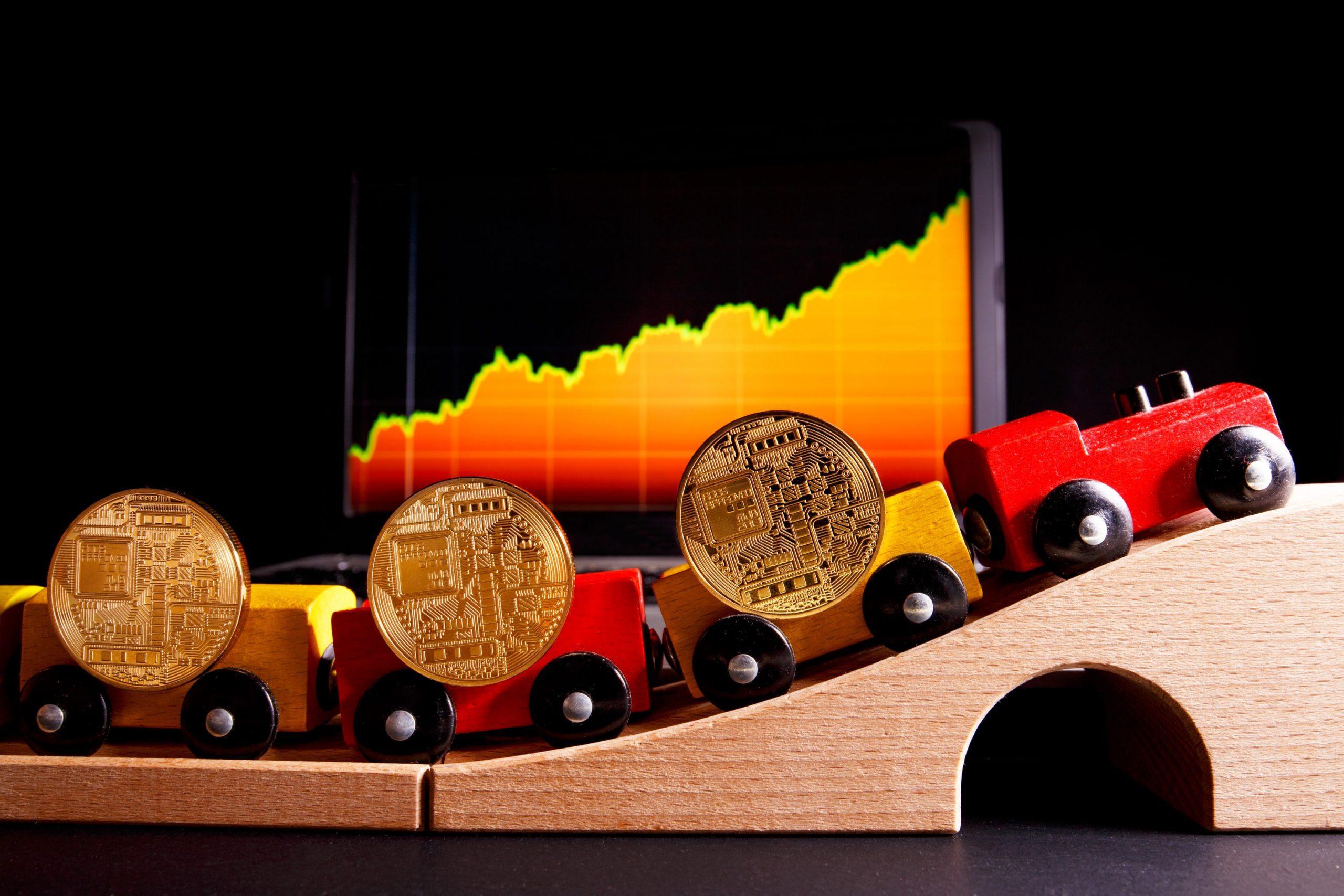 Holzbahn mit Bitcoin-Münzen auf jedem Wagon