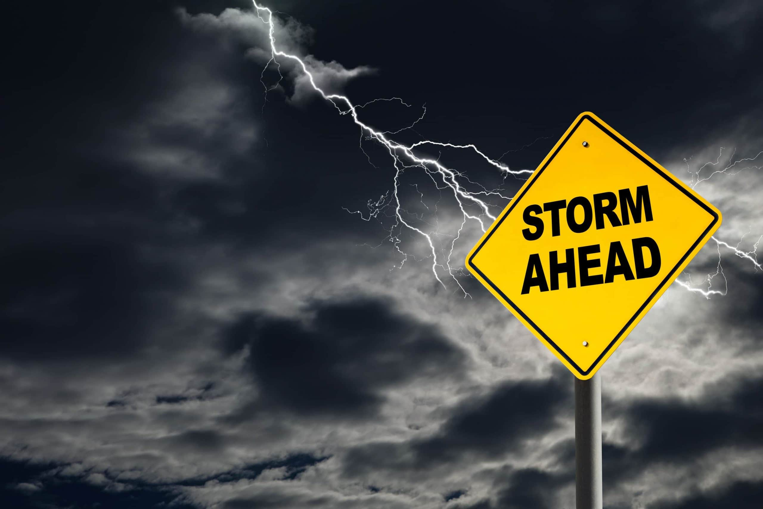 Ein Sturm zieht auf: Storm ahead Schild