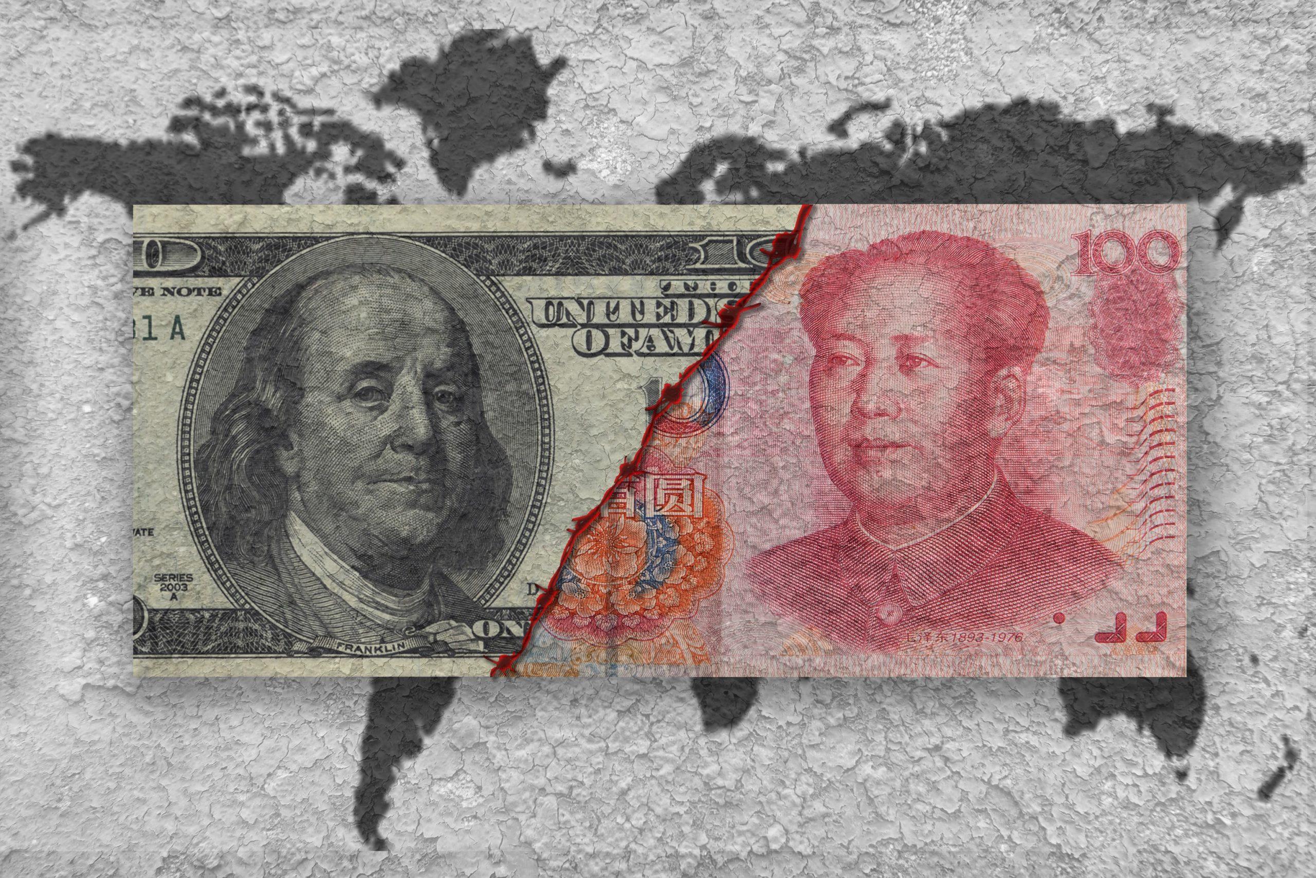 Us-Dollar Banknote vs. Yuan Banknote vor dem Hintergrund einer Weltkarte