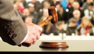 Auktionator schwingt den Hammer