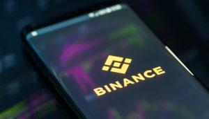 Binance-Logo auf einem Smartphone