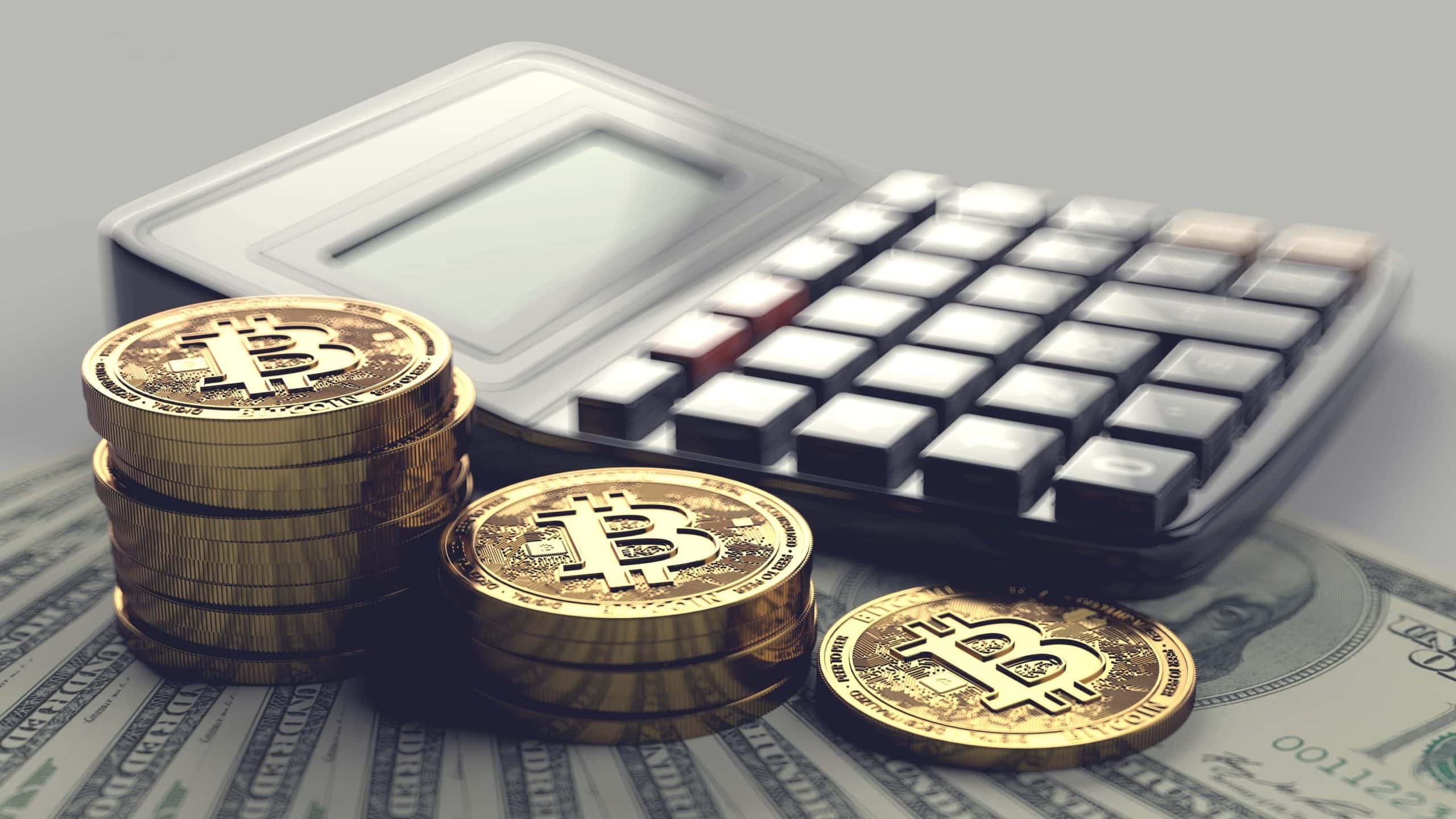 Gestapelte Bitcoin-Münzen vor einem Taschenrechner