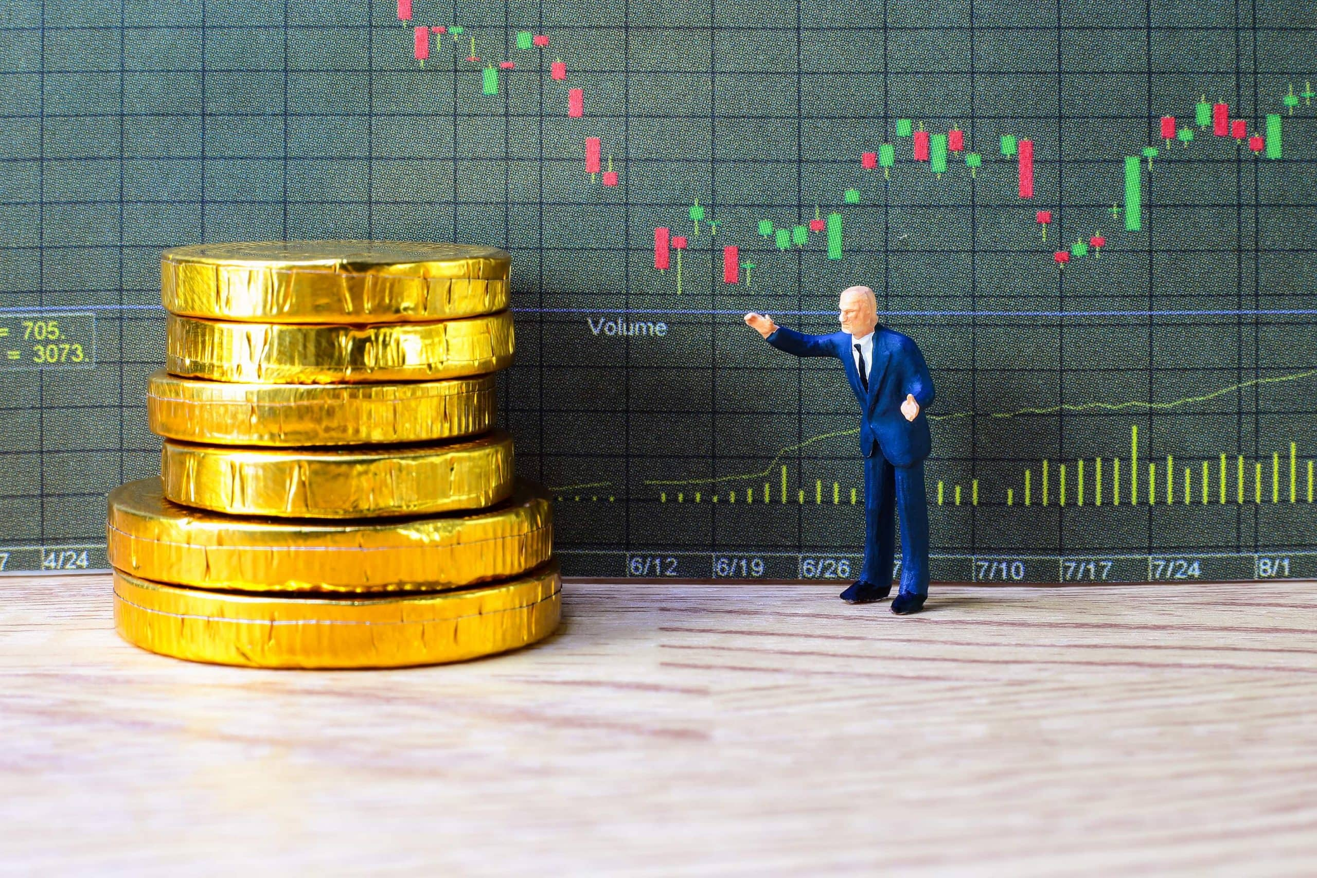 Münzen gestapelt auf einem Tisch