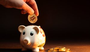 Bitcoin-Münze im Sparschwein