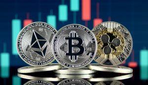 Bitcoin-Münze und Ether-Münze und XRP-Münze vor einem Chart