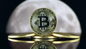 Bitcoin-Münze vor dem Mond