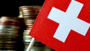 Kleingeldstapel und Schweizer Nationalflagge für CBDC Projekt