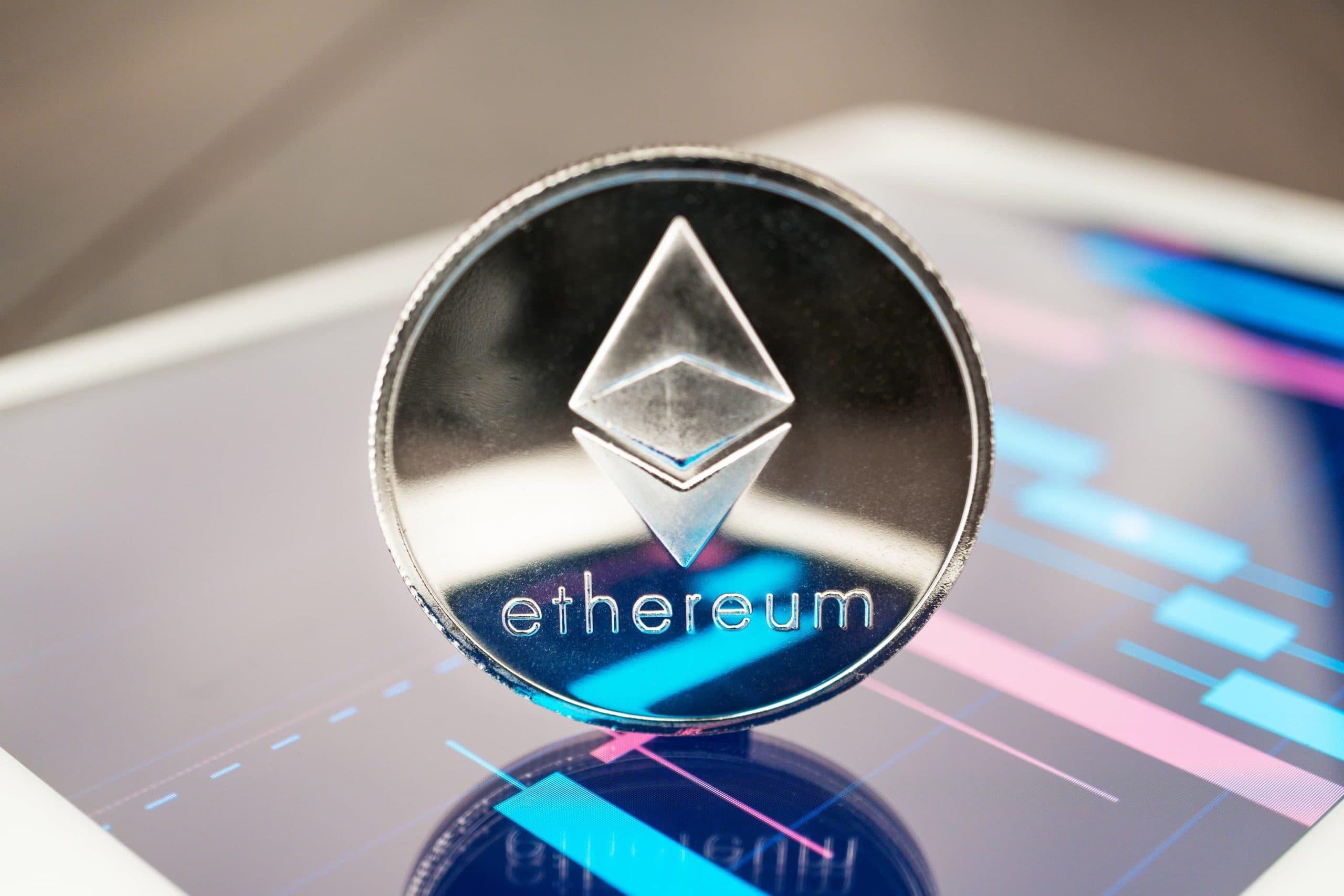 Ethereum-Münze auf einem Smartphone