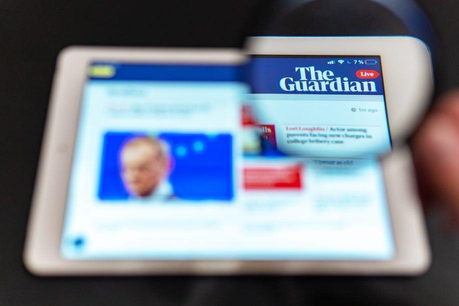 Logo von The Guardian auf einem Tablet