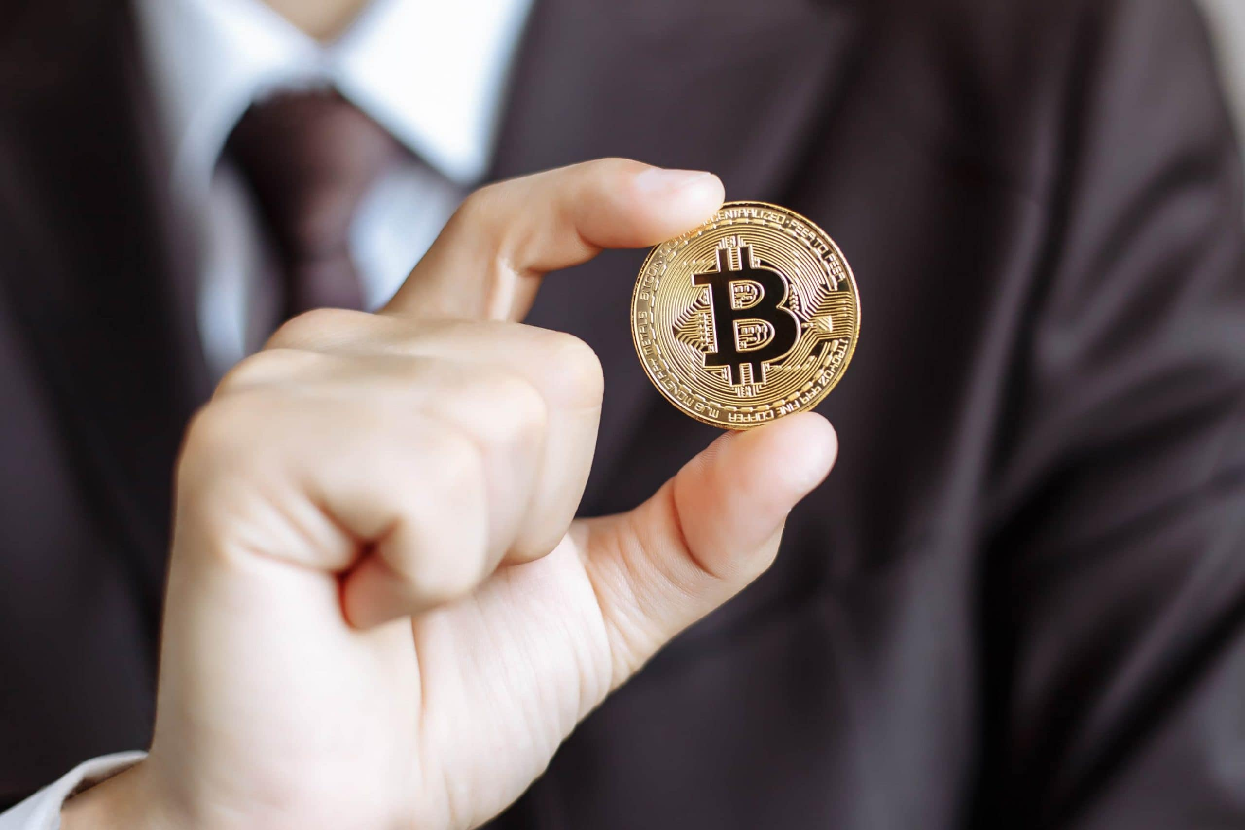 Investor hält Bitcoin-Münze