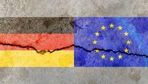 Wand mit Deutschlandflagge und Europaflagge, wo Riss durch geht