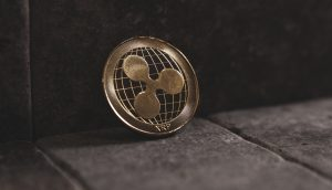 Ripple-Münze XRP vor einer Wand