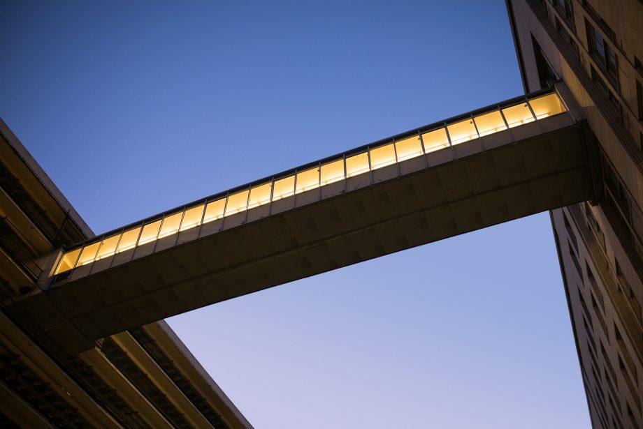 Brücke zwischen zwei Gebäuden