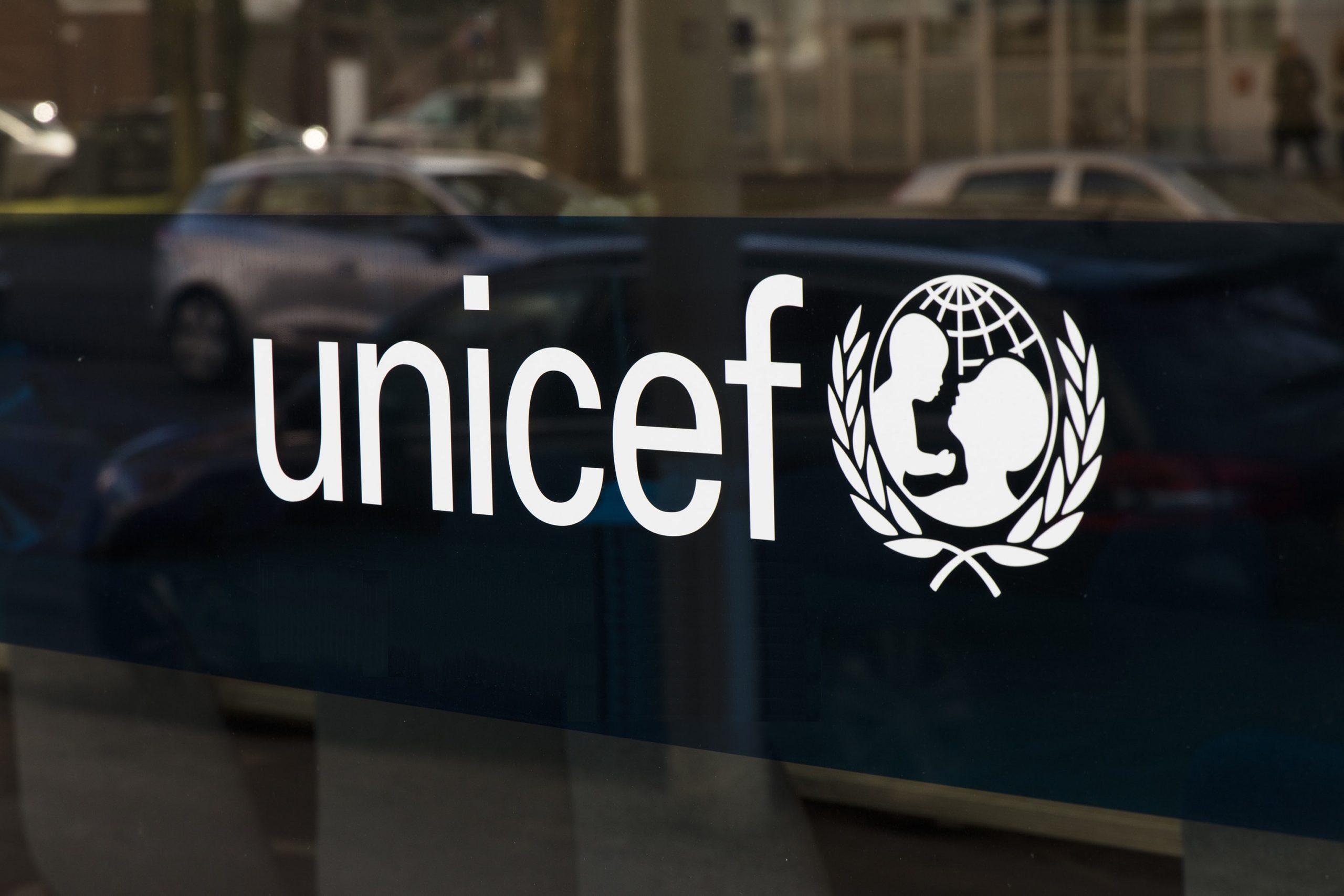 UNICEF-Logo auf einer Fensterscheibe