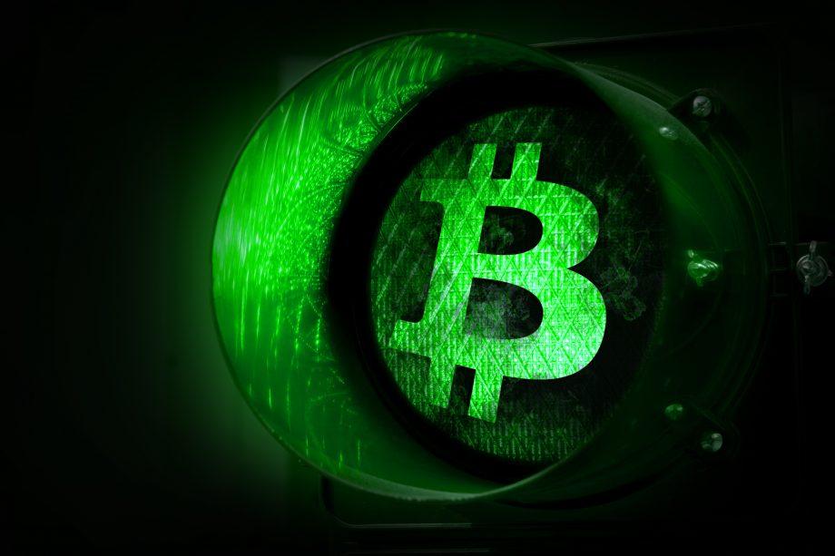 Bitcoin-Kurs steht auf Grün bei einer Ampel