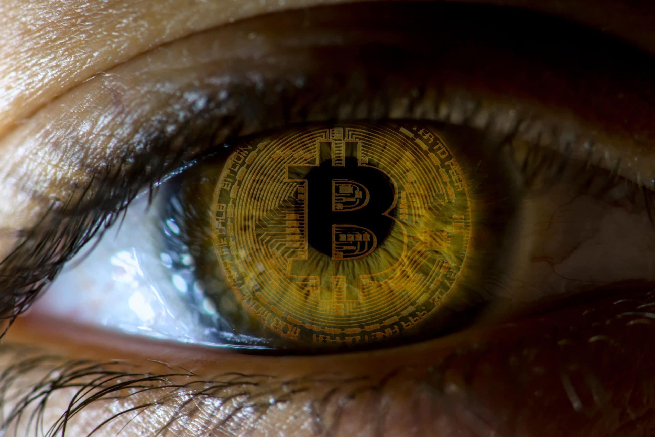 Nahaufnahme eines Auges mit Bitcoin-Iris