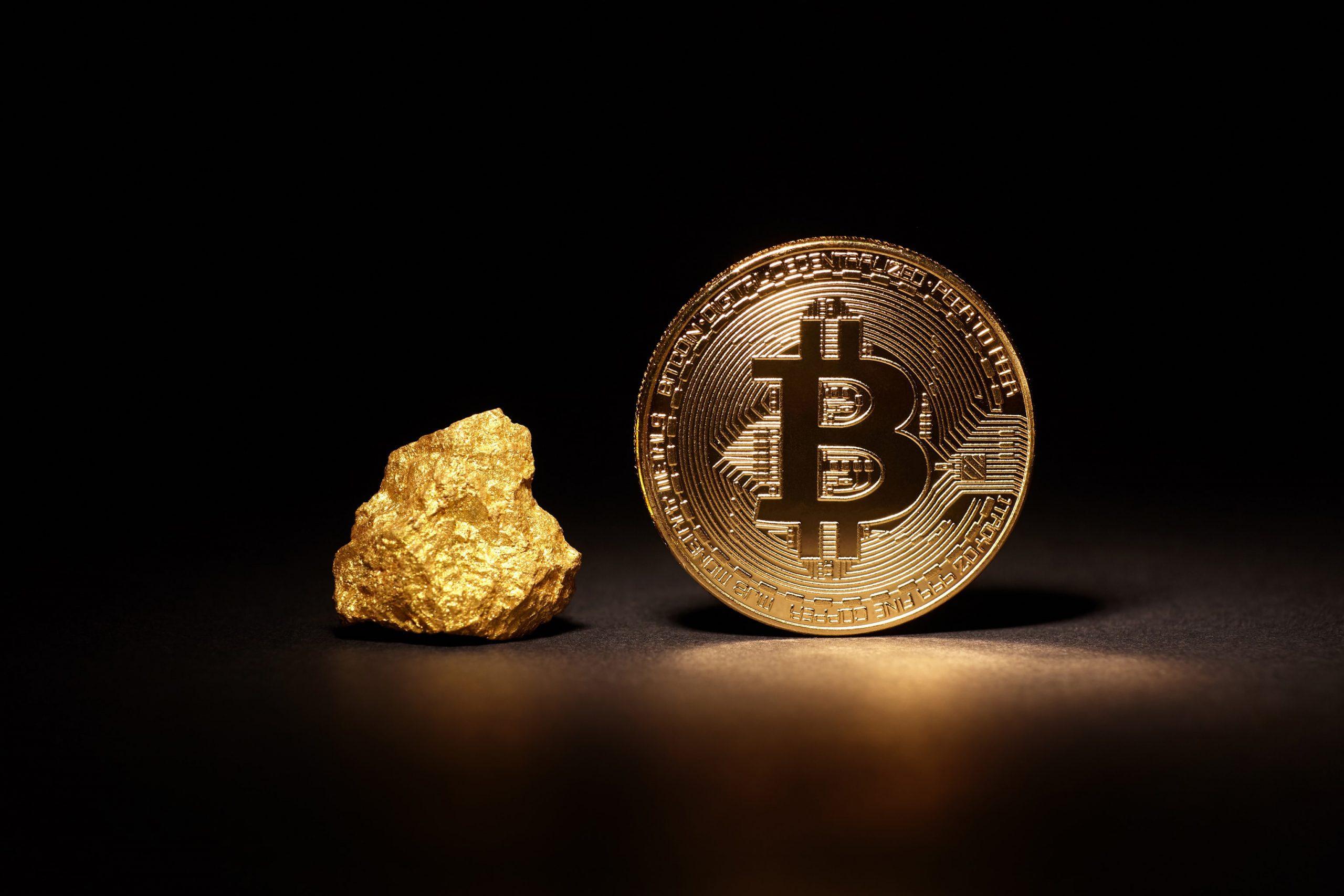 Bitcoin Münze und Goldnugget stehen nebeneinander