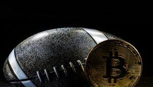 Bitcoin-Münze und Football