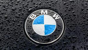BMW-Logo auf einer nassen Motorhaube