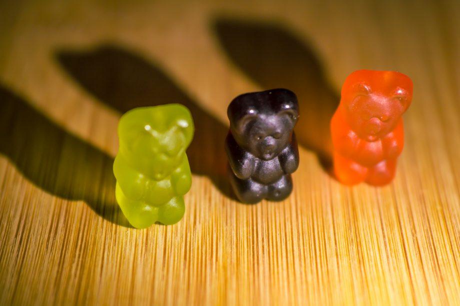 Drei Gummbären die einen Schatten werfen