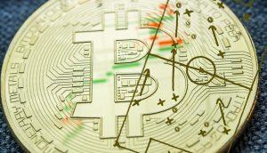 Bitcoin-Münze, auf der eine Fußball-Taktik skizziert ist