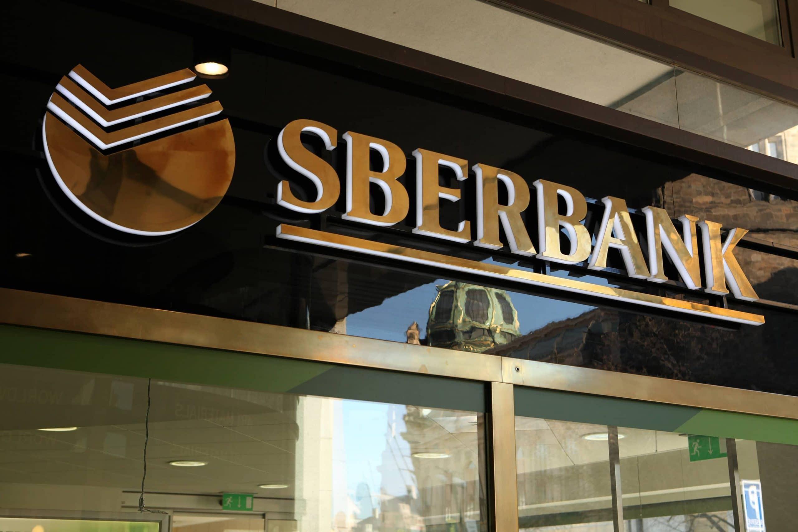 Logo der Sberbank an einer Bankfiliale