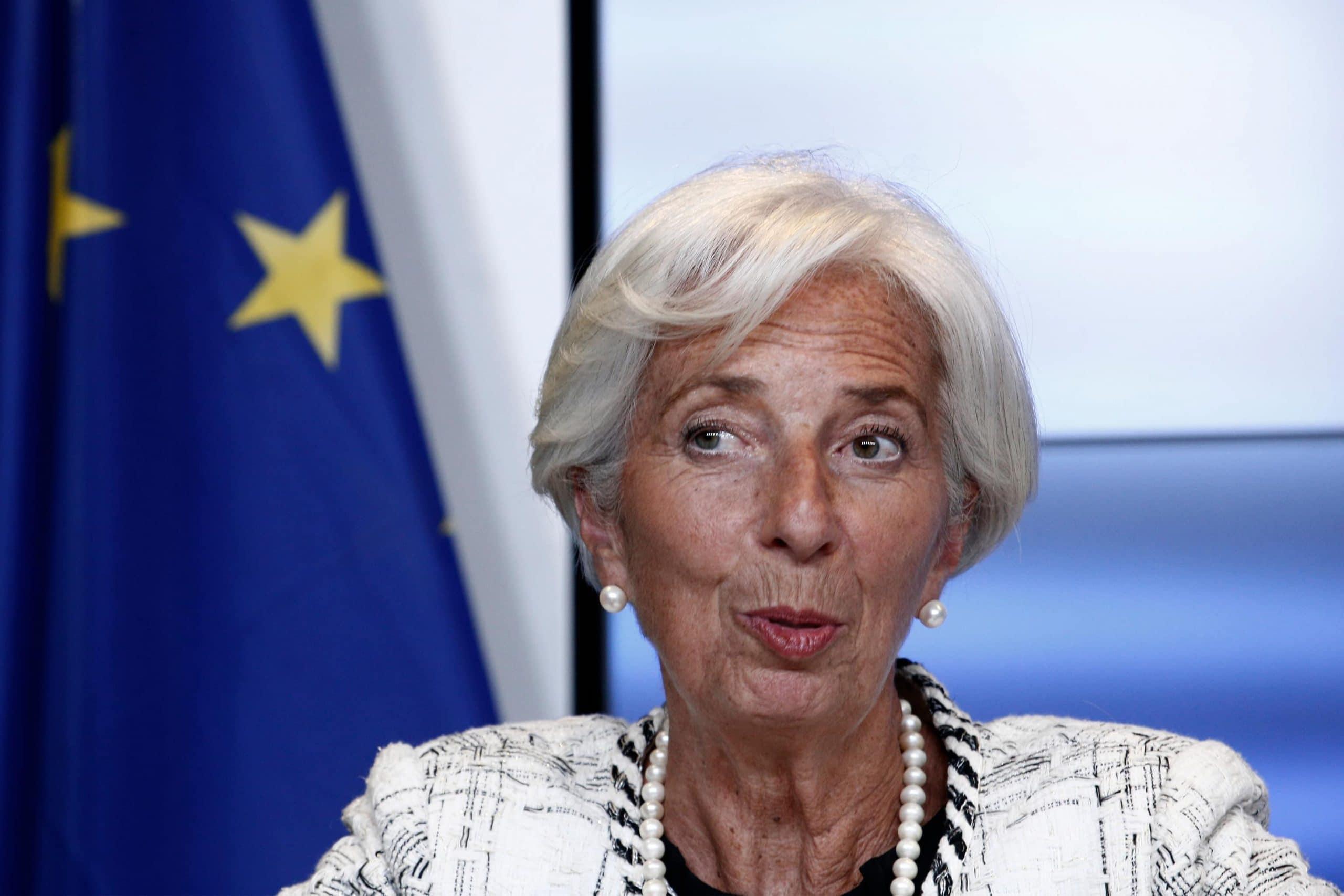 Christine Lagarde vor europäischer Flagge