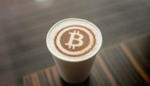 Bitcoin-Logo als Latte Art
