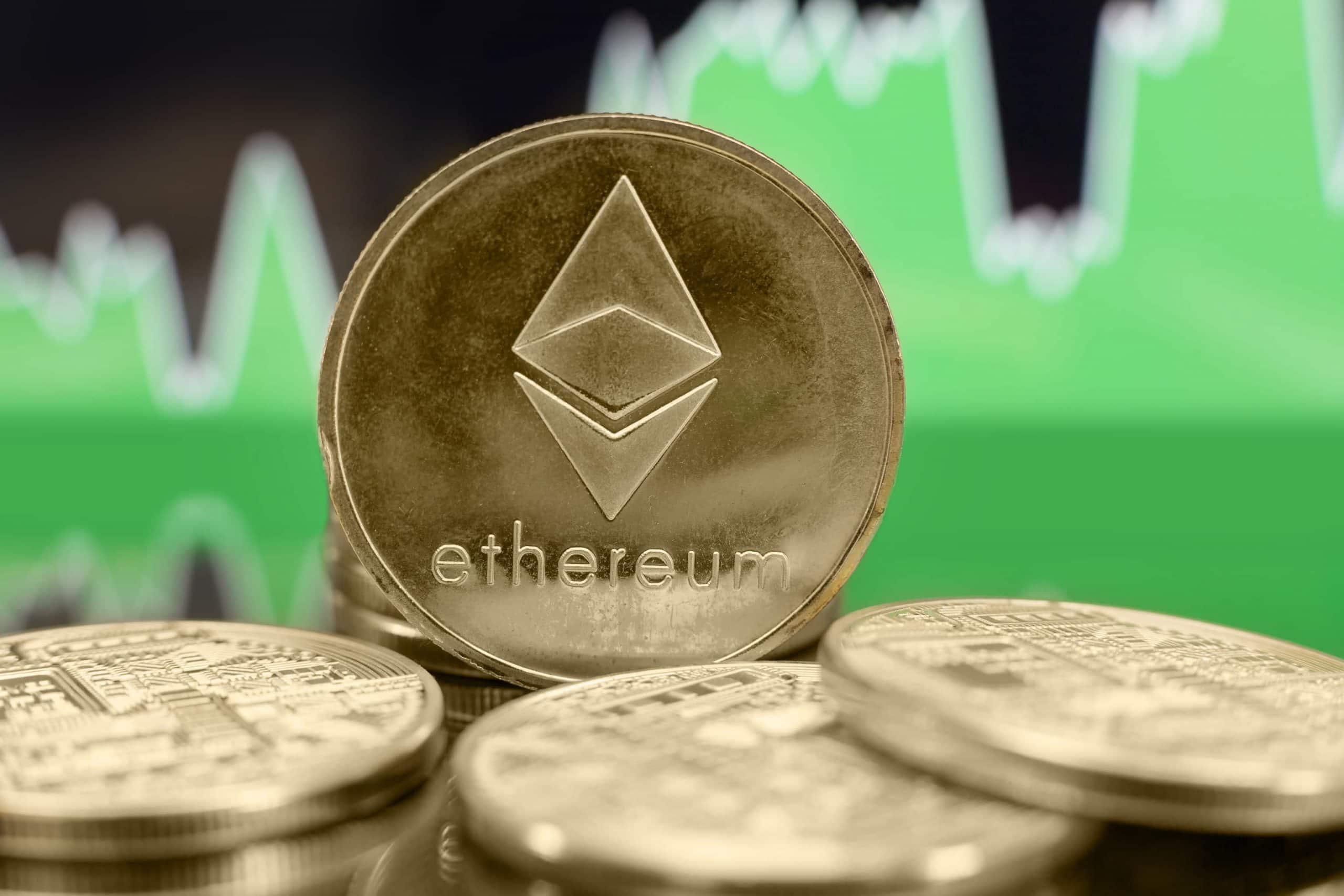 Ethereum-Münzen vor grünem Börsenchart