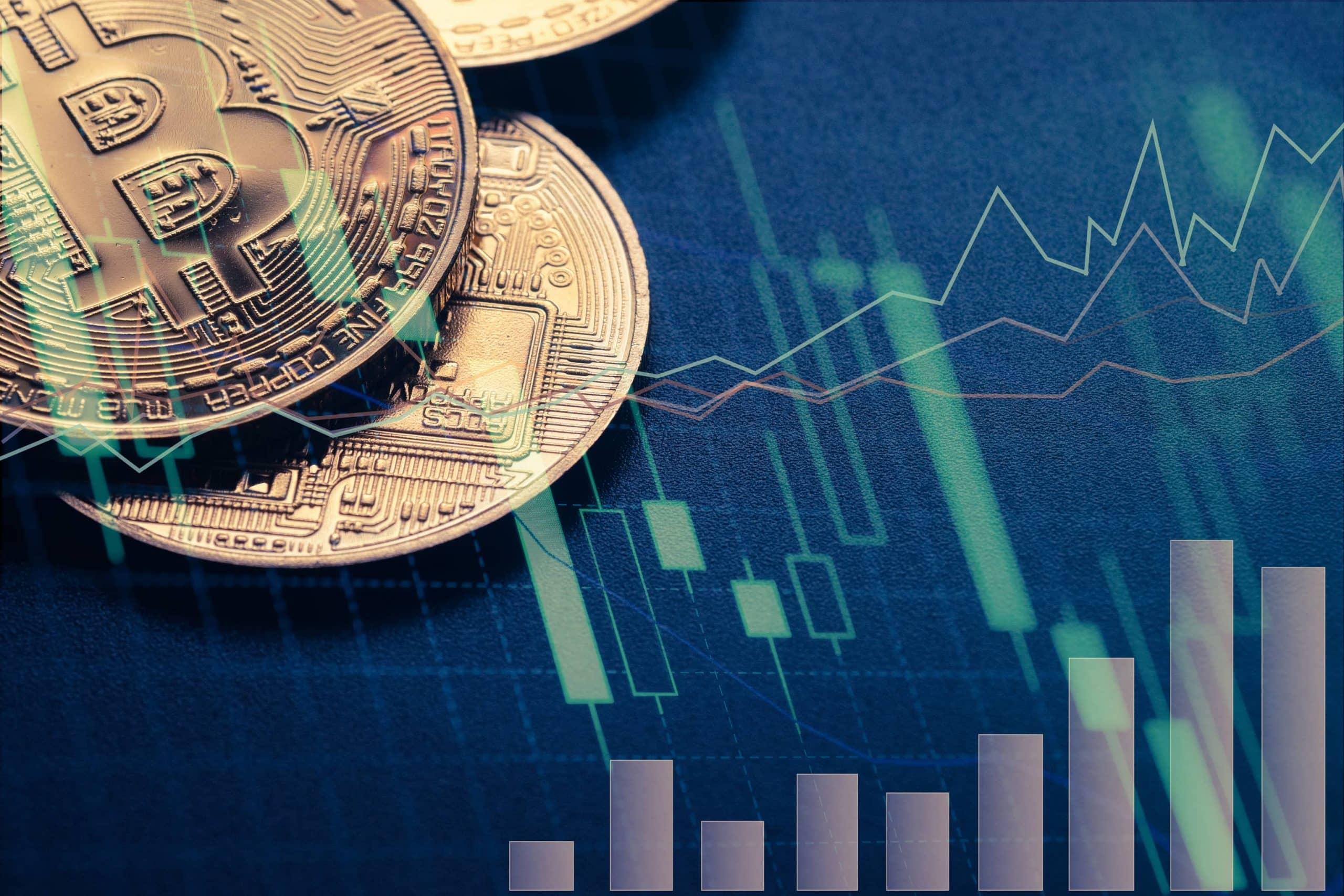 Bitcoinmünzen liegen über einem Aktienkurs.