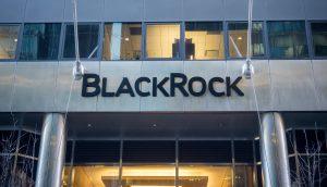 BLackRock-Logo auf einer gläsernen Häuserwand.