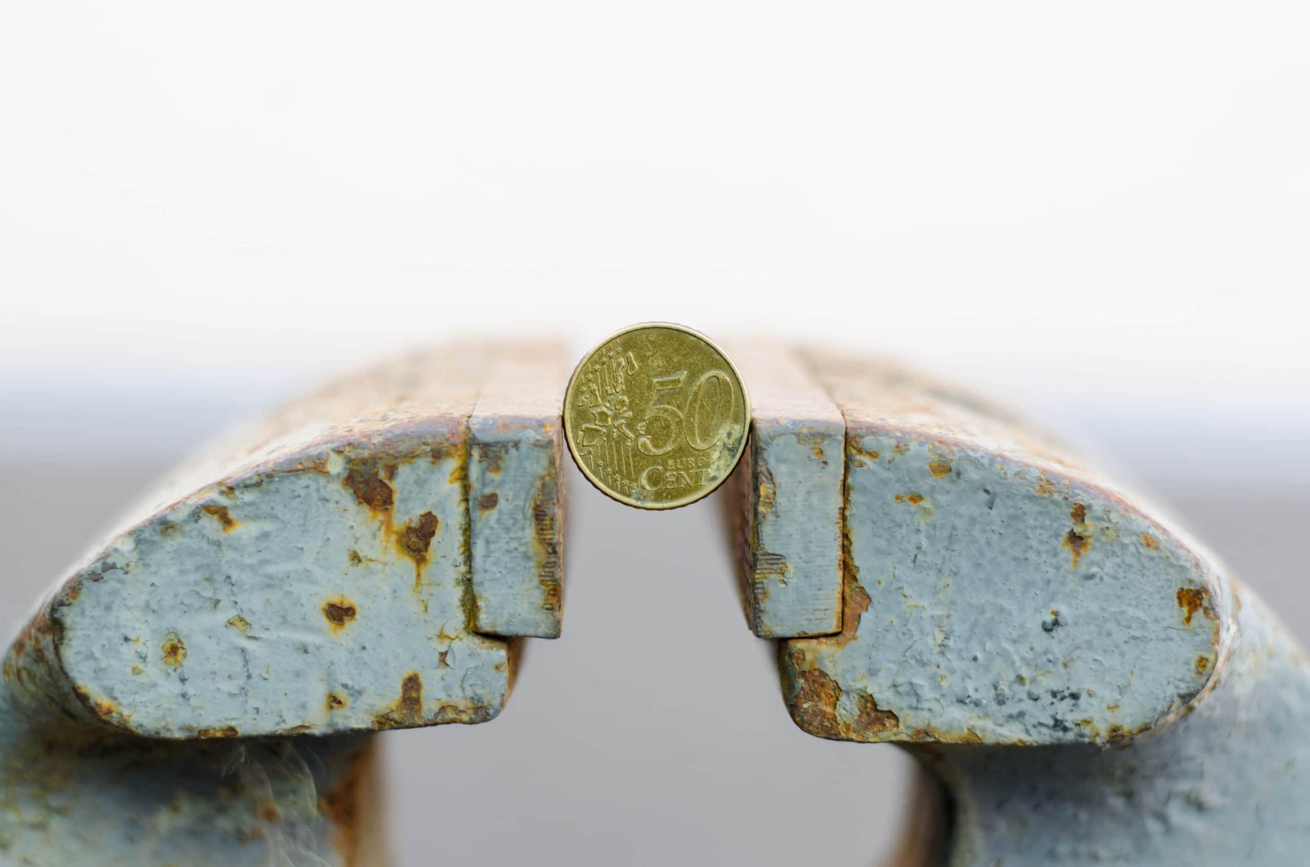 50-Cent-Münze im Schraubstock