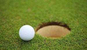 Golf Ball kurz vorm Einlochen