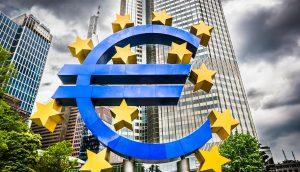 Euro-Skulptur vor dem Hauptsitz der Europäischen Zentralbank (EZB) in Frankfurt am Main