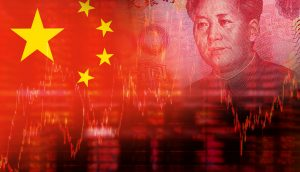 Dreigeteiltes Ineinanderübergehendes Bild bestehend aus der Nationalflagge Chinas und einer 100 Yuannote mit Mao Zedongs Gesicht drauf. Unterhalb sind Börsenkurse zu sehen.