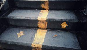 Treppe mit Mittelstreifen
