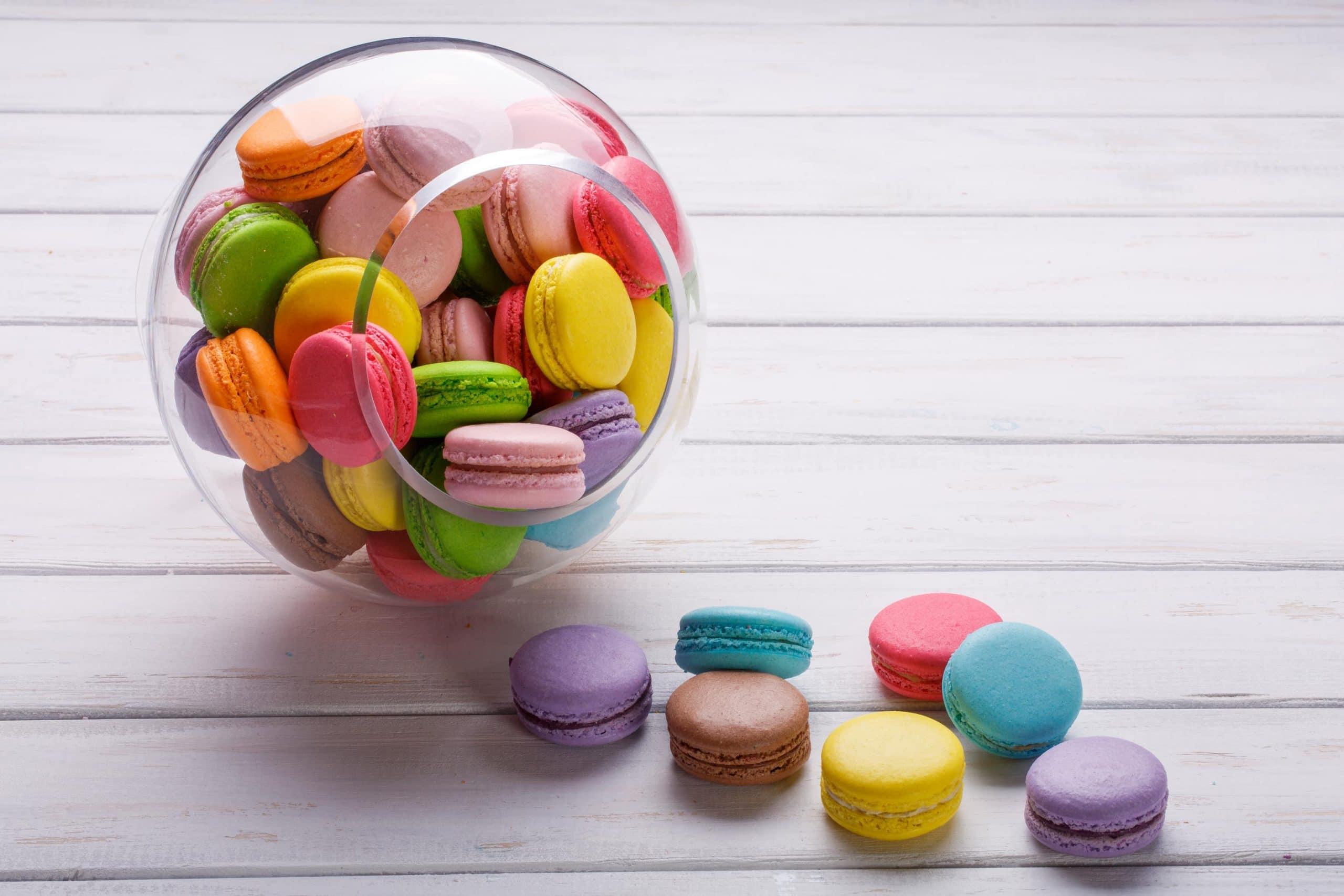 Ein mit Macarons gefülltes Bonbon-Glas