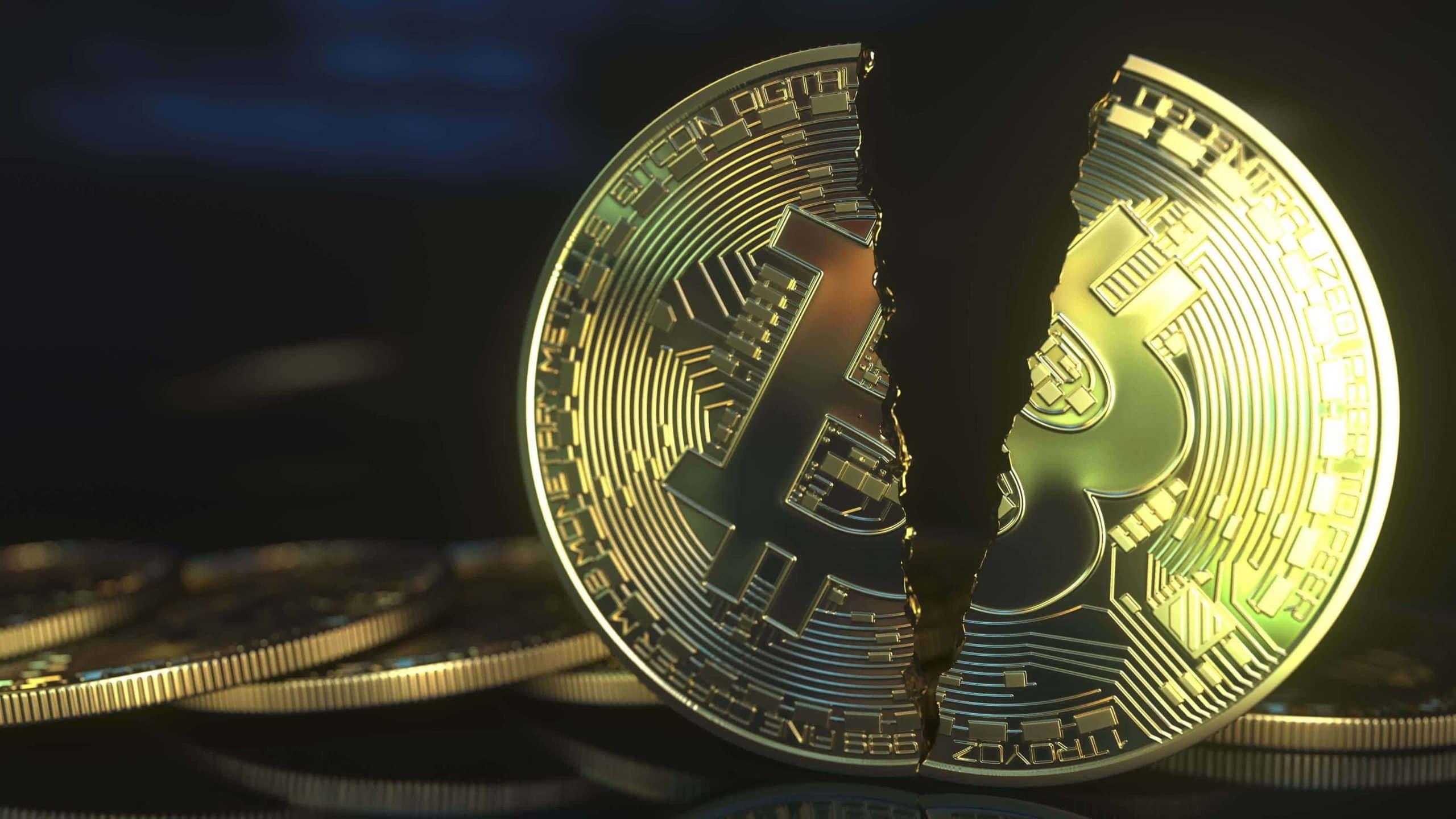Eine in der Mitte gespaltene Bitcoin-Münze