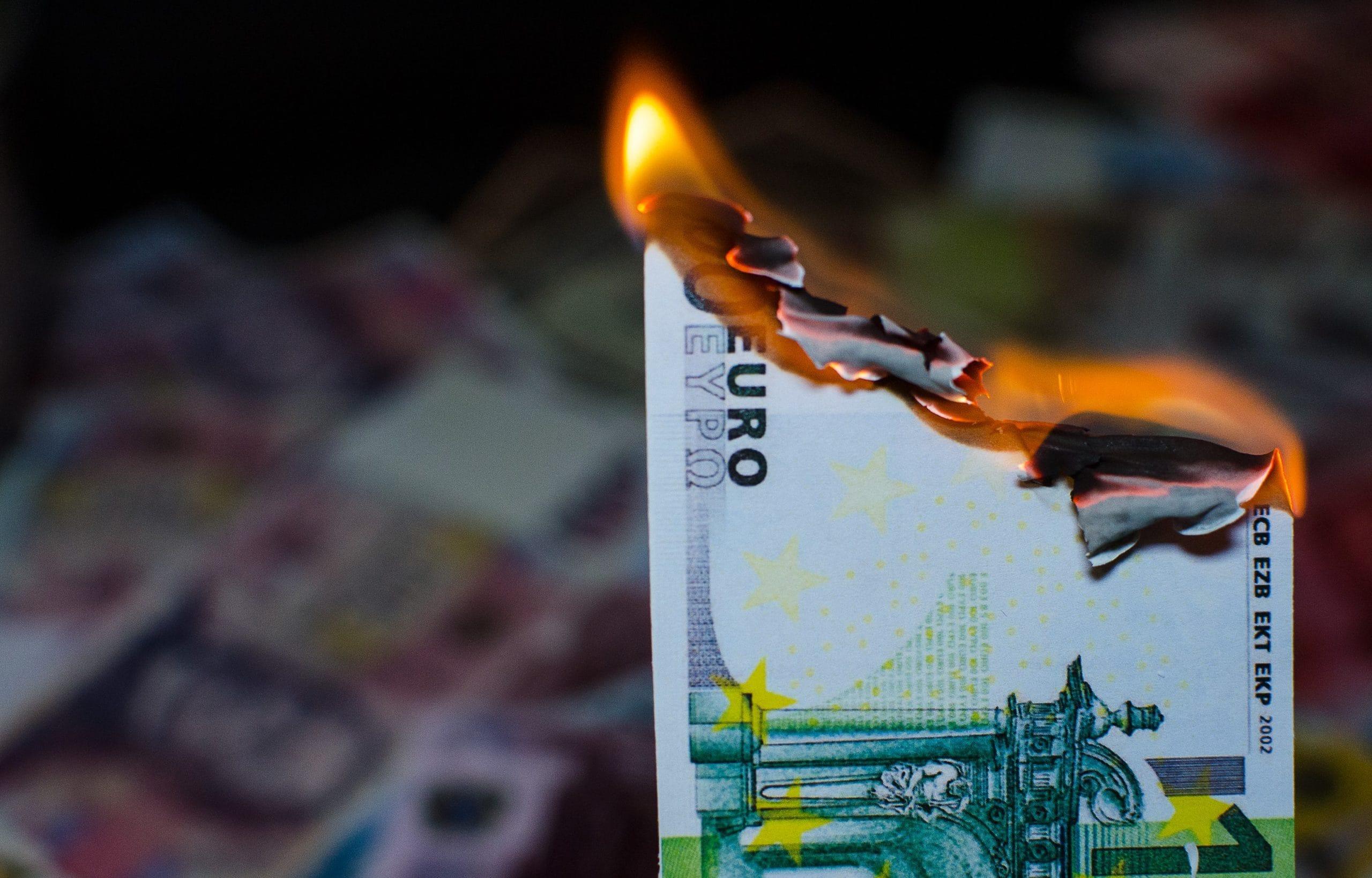 Brennende Euro-Banknote: Staking statt Staatsanleihen