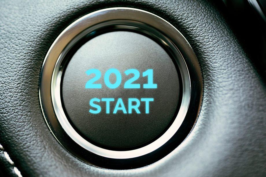 Der Start-Knopf eines Autos, darauf die Aufschrift: 2021 Start