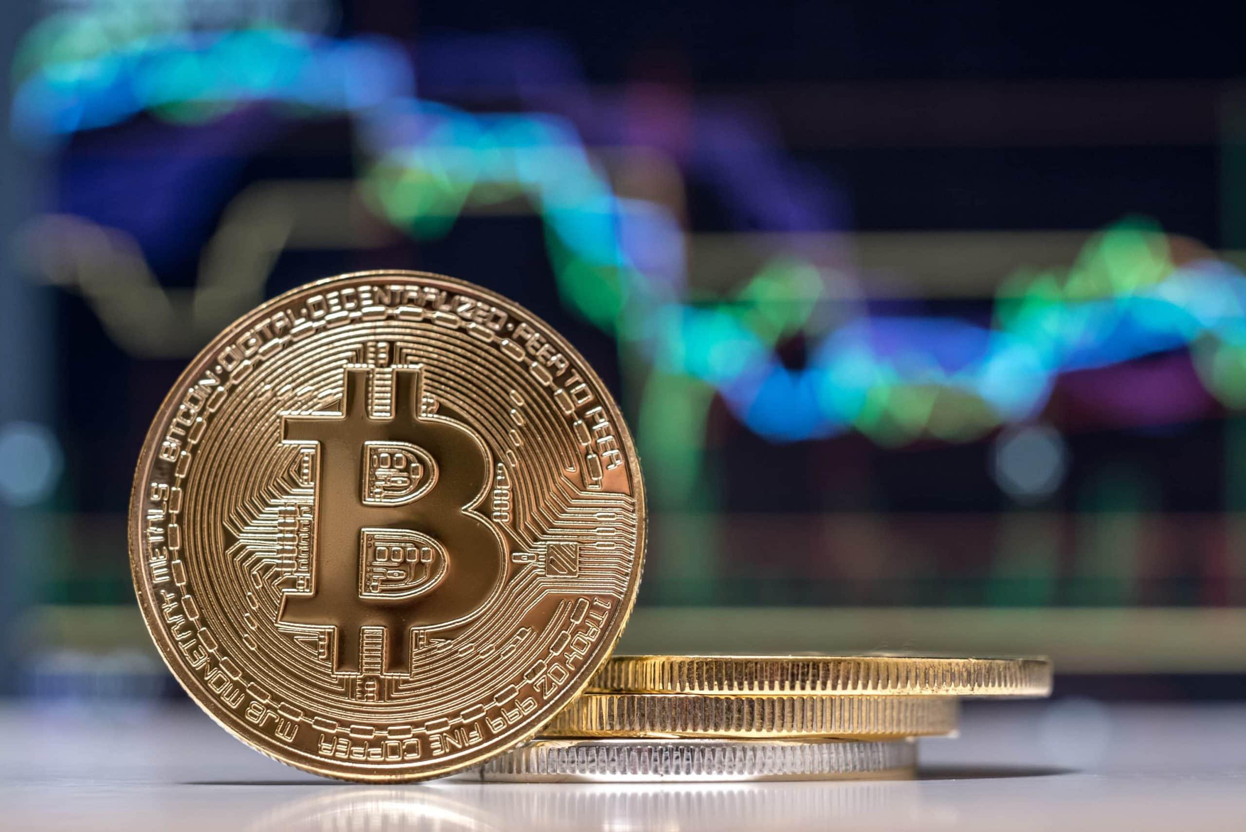 Bitcoin-Münze vor einem Chart