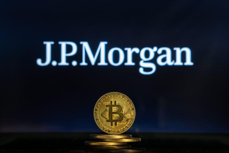 Bitcoin-Münze vor einem JPMorgan-Schriftzug
