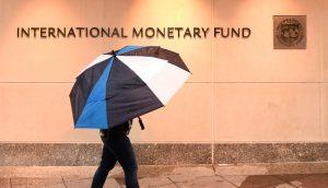 Spaziergänger vor dem Gebäude des internationalen Währungsfonds