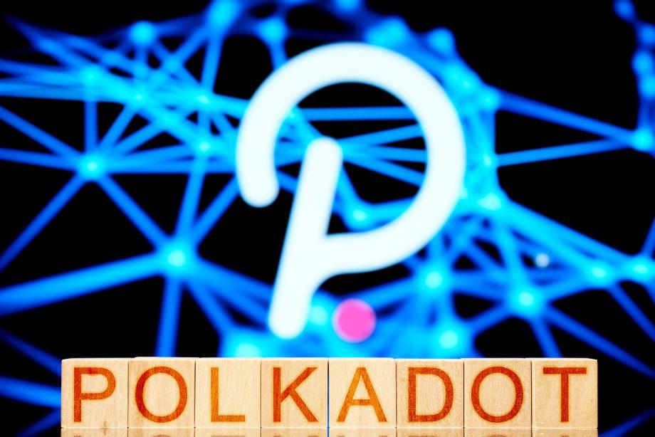 Polkadot-Logo hinter Bauklötzen mit Polkadot-Schriftzug