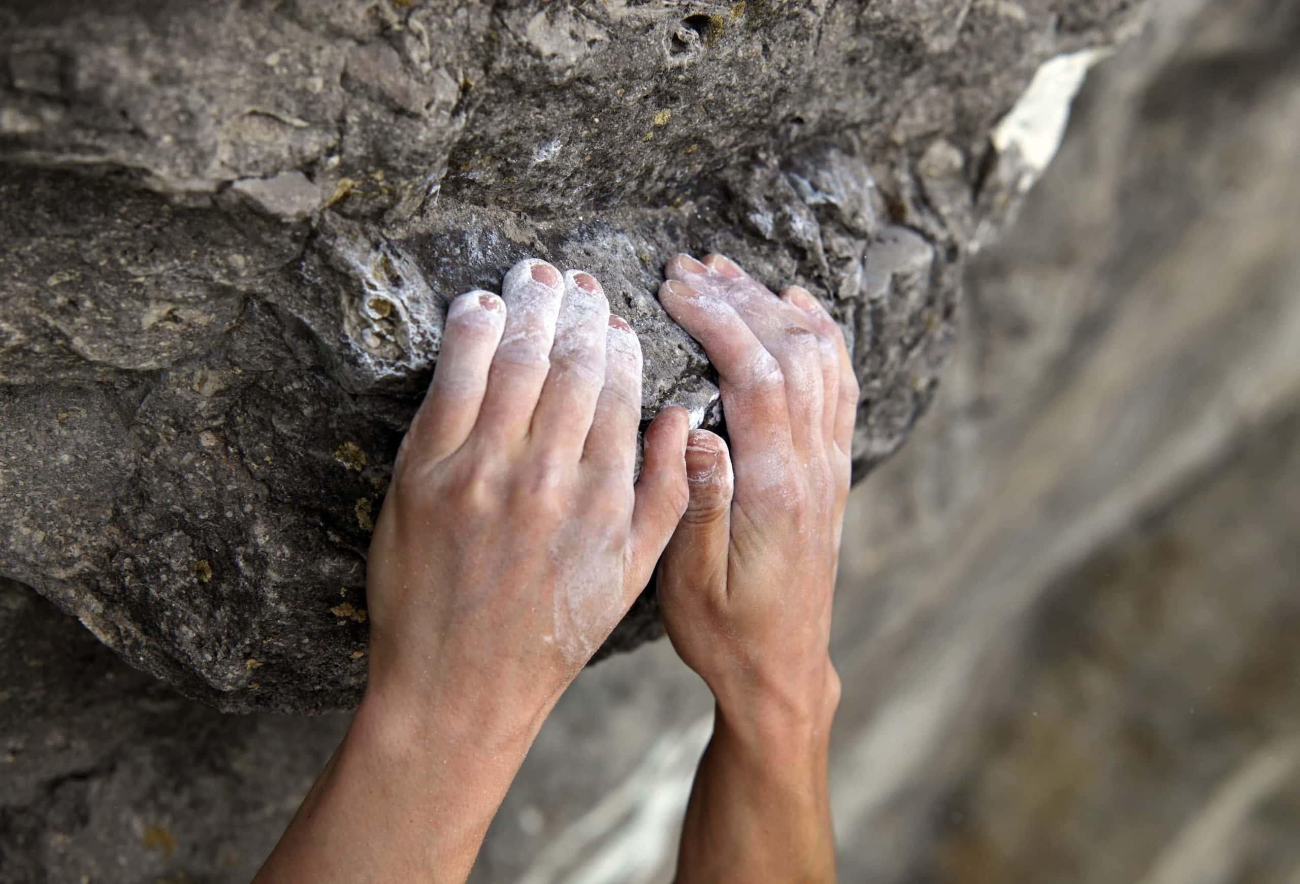 Hände halten sich an Klippe fest, was den Abgrund von Ripple symbolisiert.