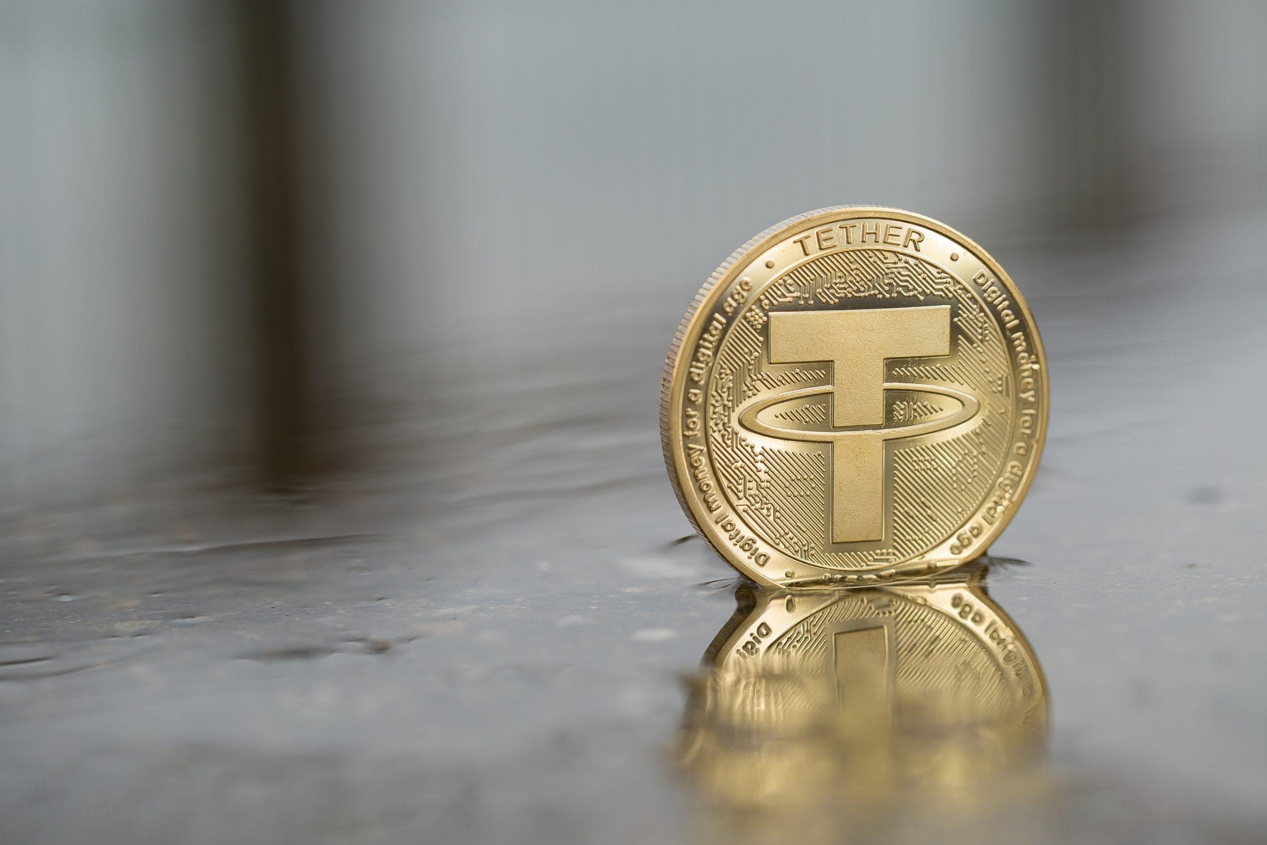 Tether-Münze, die in einer Pfütze steht