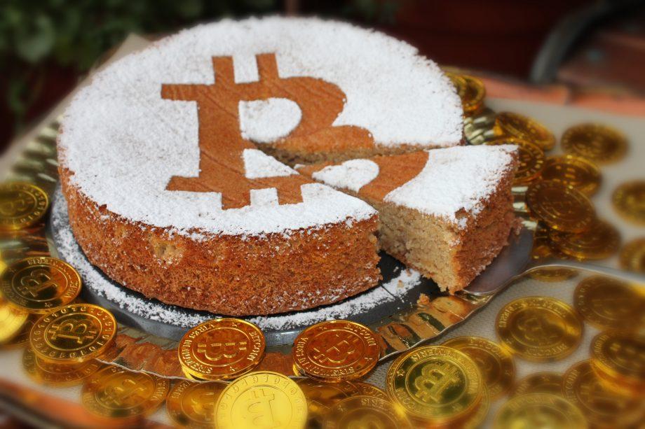 Bitcoin feiert Geburtstag mit Kuchen.
