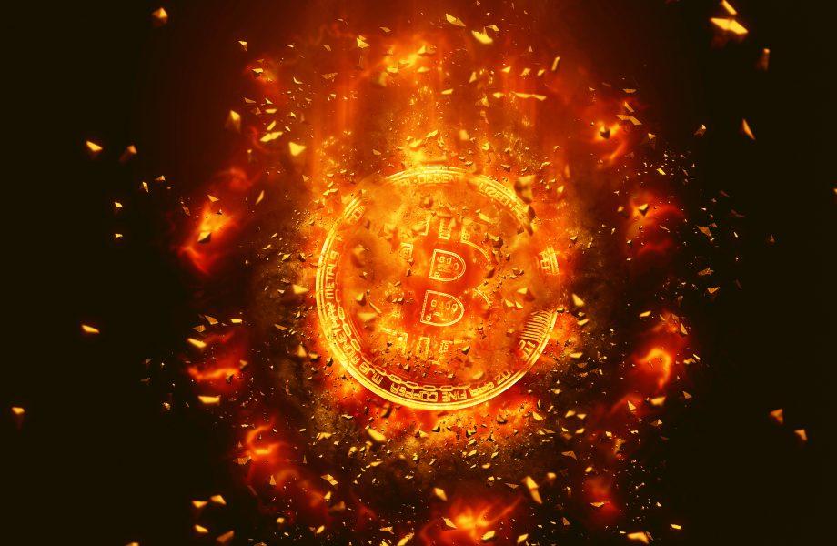 Bitcoin-Münze verglüht, was Anstieg des Bitcoin-Kurs verdeutlicht.