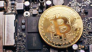 Bitcoin Münze auf Grafikkarte